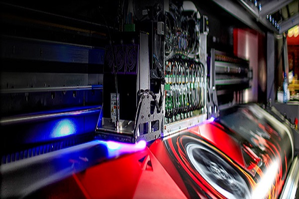 Bourgeois Publicité completa su flota de producción digital con la impresora híbrida EFI VUTEk LX3 Pro