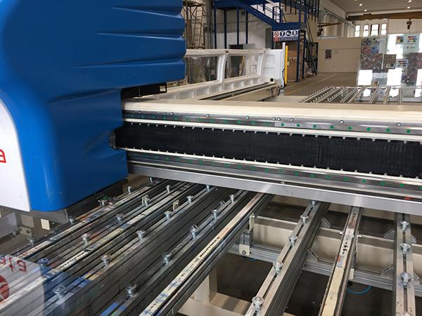 La impresora digital GlassPrint One de Rollmac trabaja con 12 colores para imprimir sobre vidrio